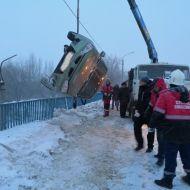 «Калина» повисла на перилах моста в Заволжском районе, но была спасена