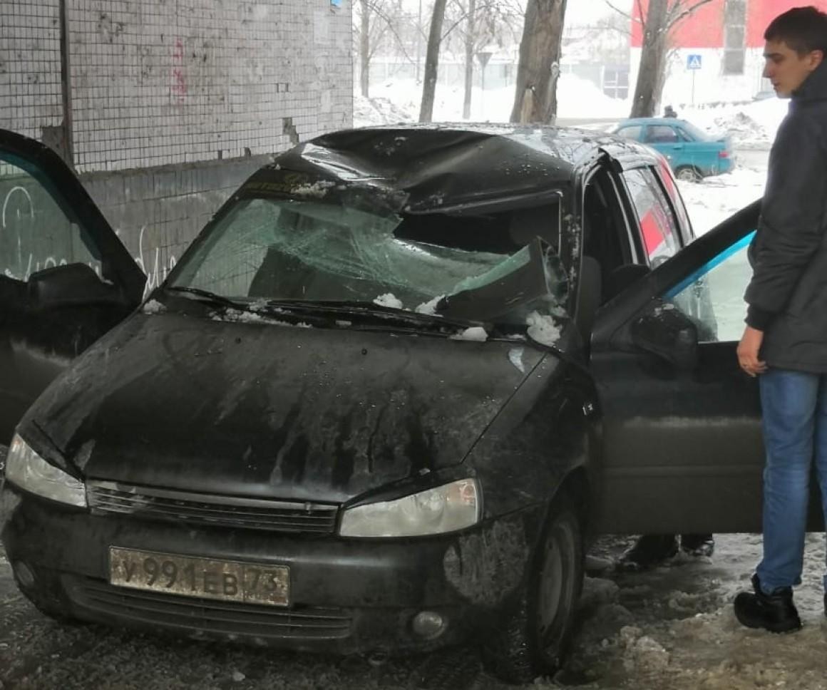 Глыба льда упала на автомобиль в Ульяновске