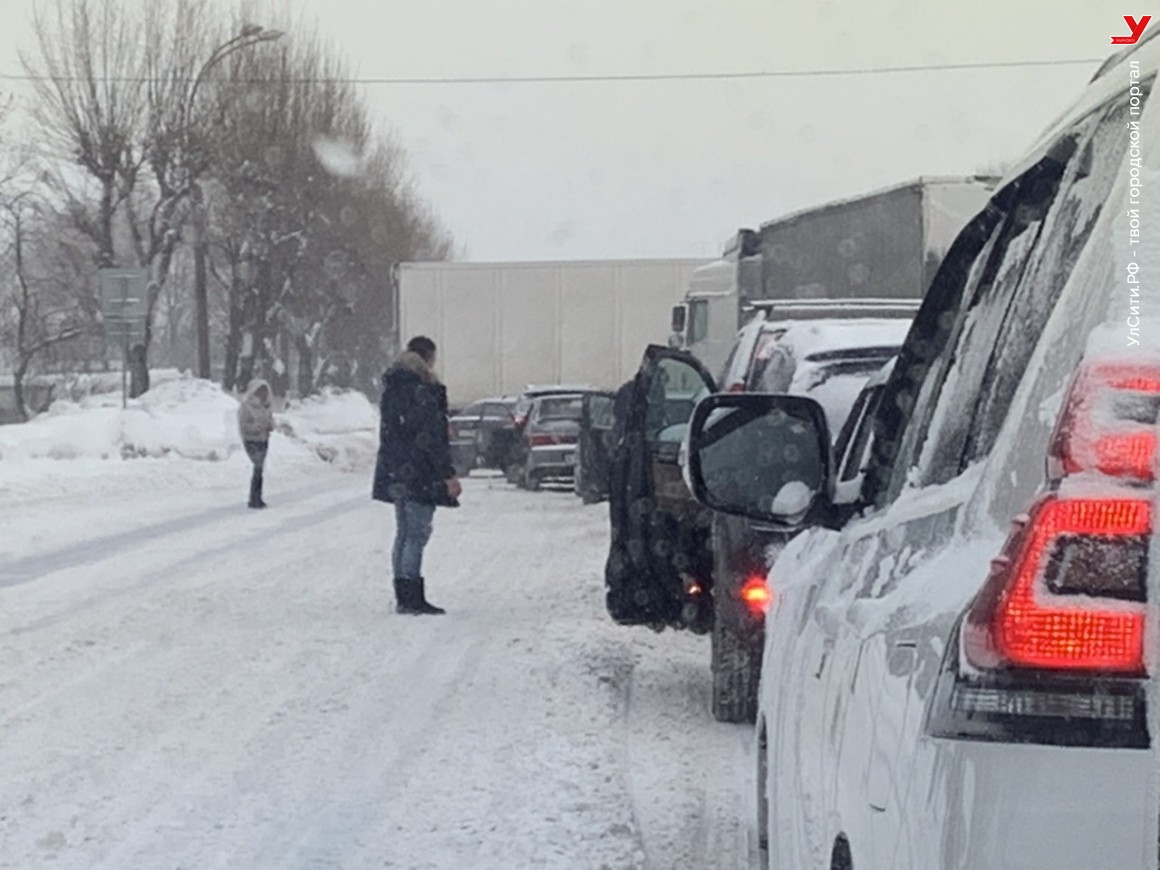Фура на Локомотивной перекрыла дорогу в обе стороны