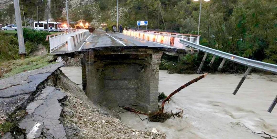 СРОЧНО! В Сочи обвалился мост. Ж/д сообщение остановлено