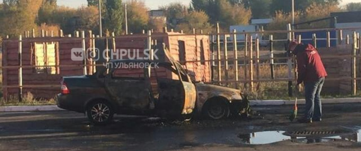 Ночью в Ульяновске сгорел автомобиль. Видео