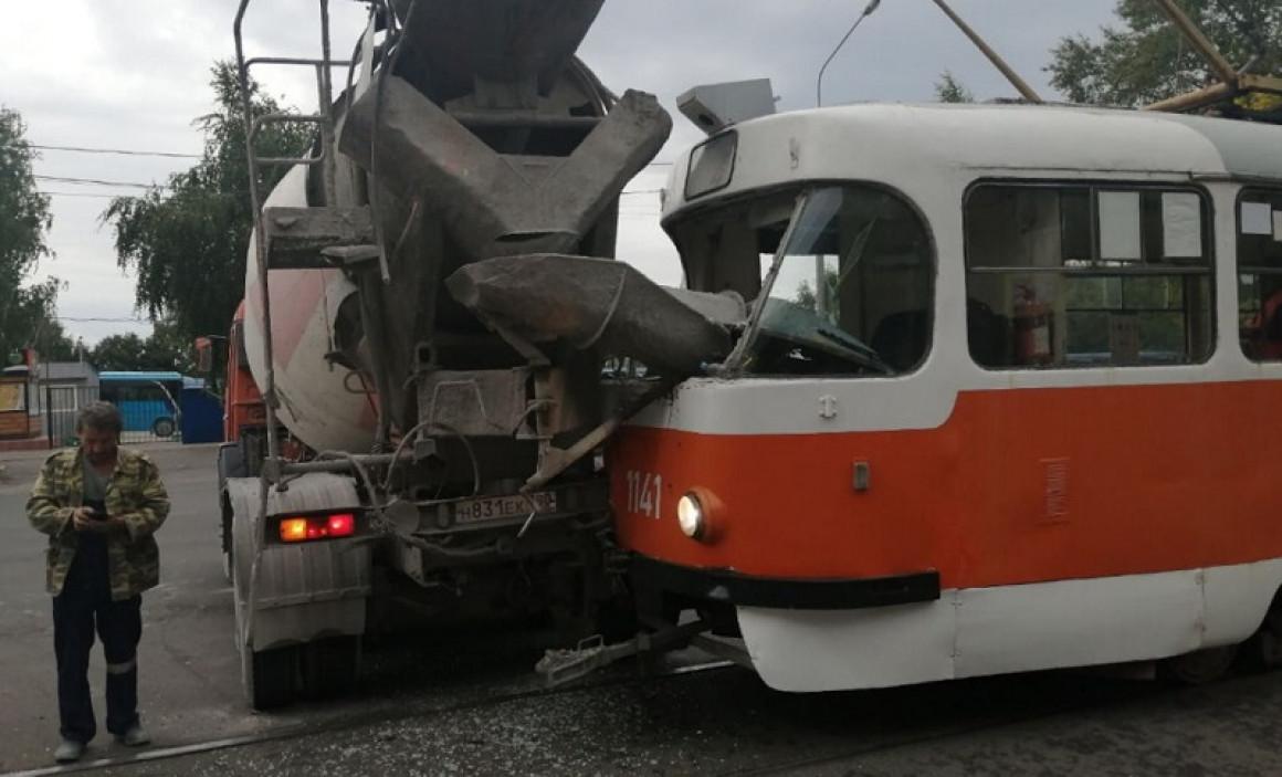 В Ульяновске автобетоносмеситель столкнулся с трамваем