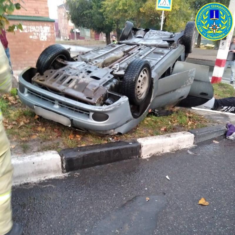 Субботним утром в центре Ульяновска перевернулся автомобиль
