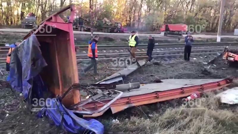 Поезд снёс грузовик на Кубани. Первое видео с места